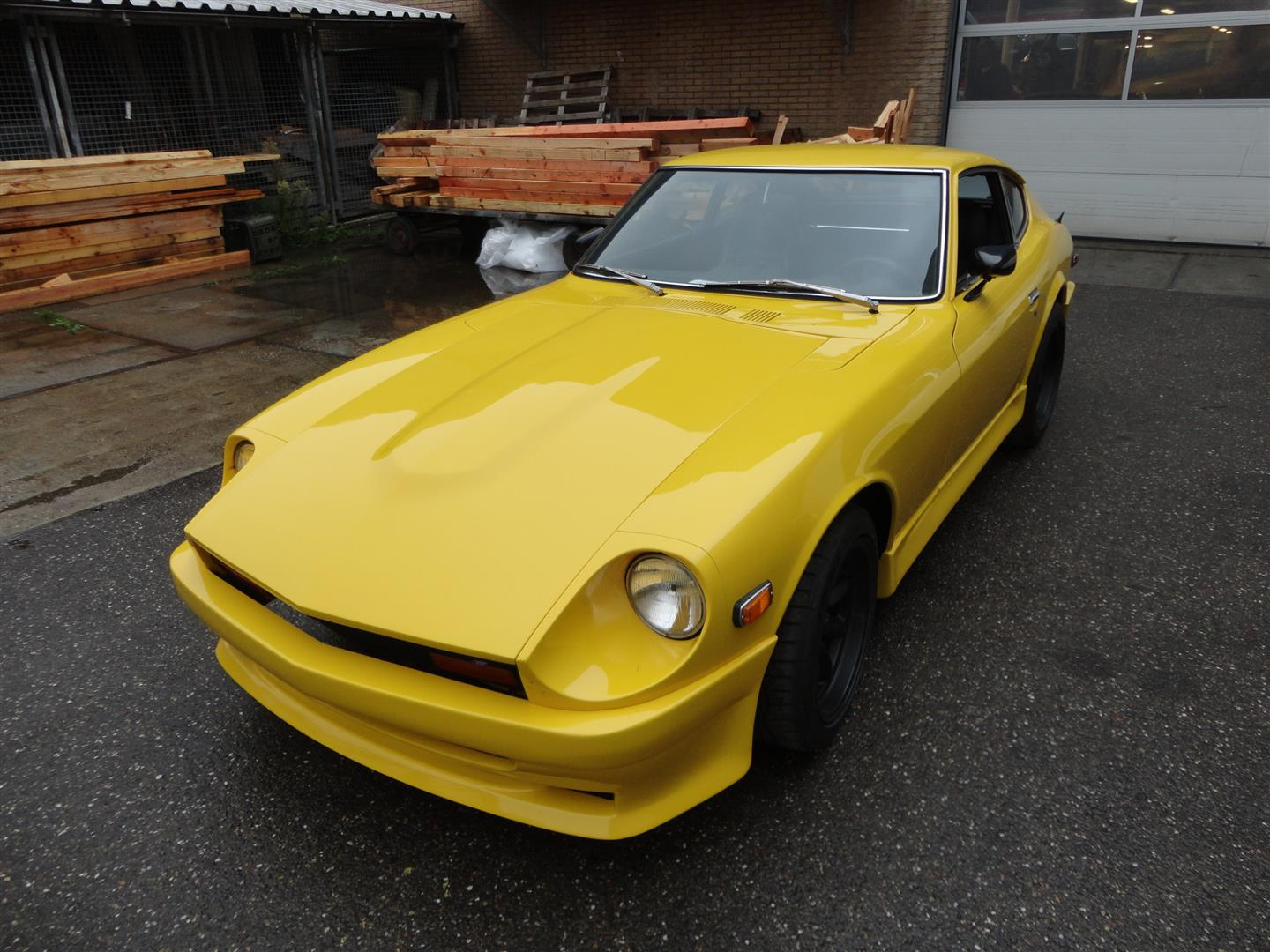 datsun 240z bright yellow joop stolze classic cars. Black Bedroom Furniture Sets. Home Design Ideas